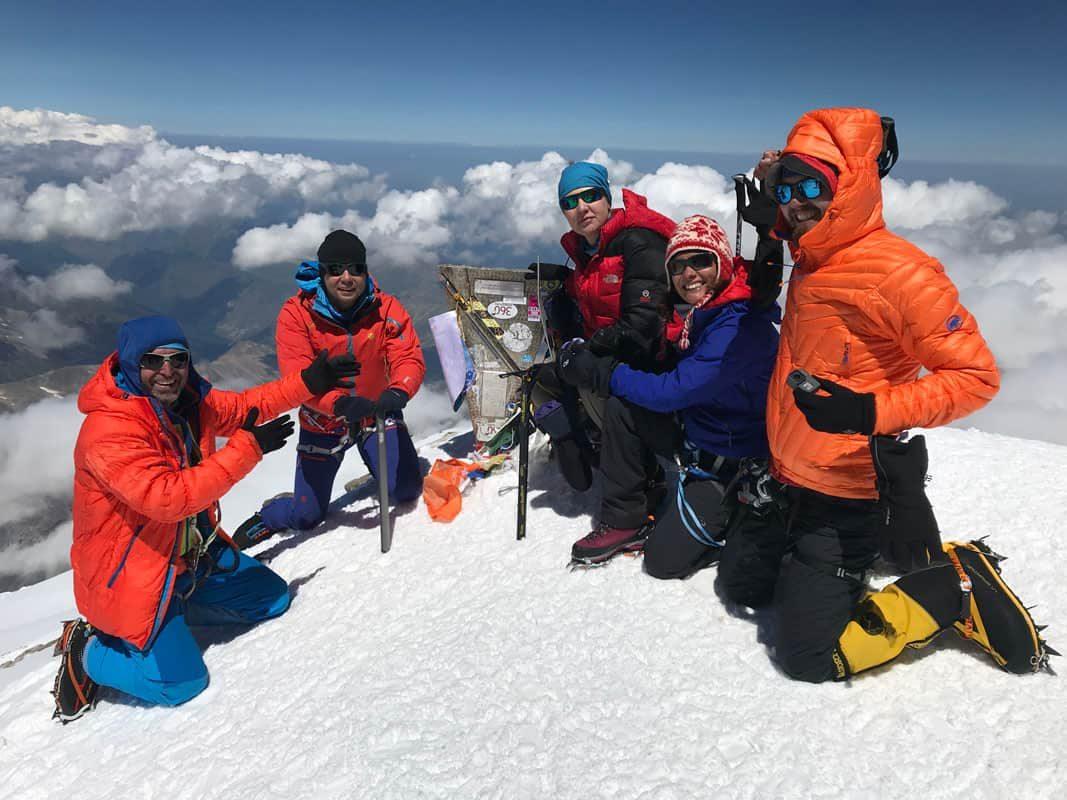 alpiniști pe vârful lui elbrus