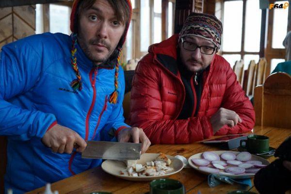 Trekkeri mâncând în Annapurna Circuit