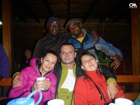 alpiniști și ghizi locali, kilimanjaro