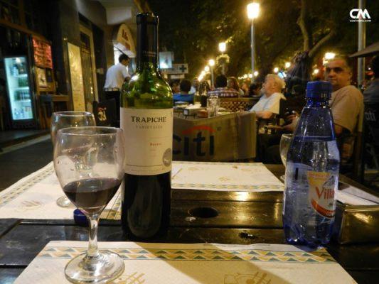 vin malbec la terasă din mendoza, argentina