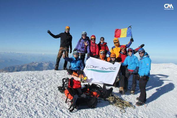grup de alpiniști pe vârful lui mont blanc, 4810m, alpi