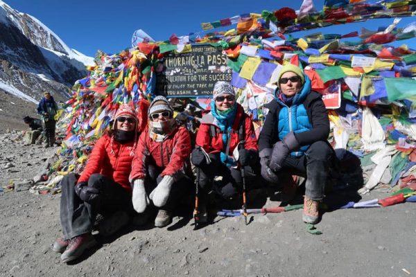 Turiști în trecătoarea Thorung La, Annapurna Circuit