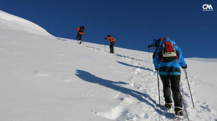 alpiniști urcând dome de douter, mont blanc